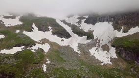 Vista aérea de las montañas coronadas de nieve de las montañas almacen de metraje de vídeo