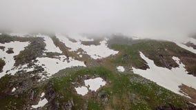 Vista aérea de las montañas coronadas de nieve de las montañas metrajes