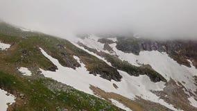 Vista aérea de las montañas coronadas de nieve de las montañas almacen de video