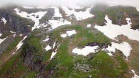 Vista aérea de las montañas coronadas de nieve de las montañas austria metrajes