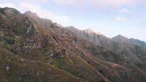 Vista aérea de las montañas hermosas enormes, puesta del sol en el parque de naturaleza nacional, cordillera Tenerife, canario almacen de video