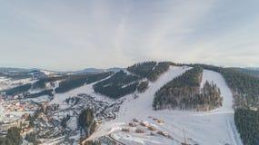 Vista aérea de las montañas Invierno nieve Bukovel foto de archivo libre de regalías