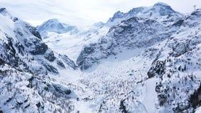 Vista aérea de las montañas nevosas hermosas en primavera temprana del teleférico en el pueblo de Zematt almacen de video