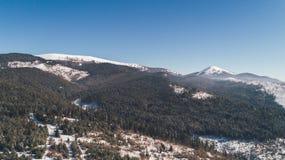 Vista aérea de las montañas nieve Invierno foto de archivo
