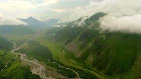 Vista aérea de las montañas y del barranco con el río de la montaña almacen de video