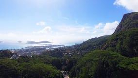 Vista aérea de las montañas y del océano sin del punto de vista de Souci, Seychelles 4 almacen de metraje de vídeo