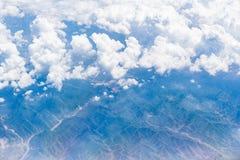 Vista aérea de las nubes blancas, del cielo azul y de la tierra Fotos de archivo libres de regalías