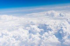 Vista aérea de las nubes del blanco y del cielo azul Fotografía de archivo libre de regalías