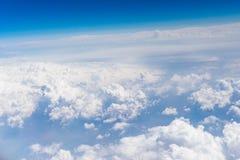 Vista aérea de las nubes del blanco y del cielo azul Imágenes de archivo libres de regalías
