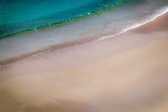 Vista aérea de las ondas que se estrellan en la playa Fotografía de archivo libre de regalías