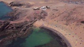 Vista aérea de las orillas y de las playas dentadas de Lanzarote, España, canario Playa de Papagayo almacen de metraje de vídeo
