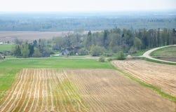 Vista aérea de las tierras de labrantío y del bosque Fotografía de archivo libre de regalías