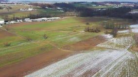Vista aérea de las tierras de labrantío de Amish en Pennsylvania almacen de metraje de vídeo