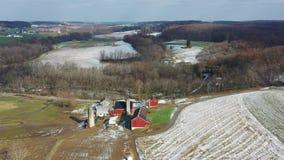 Vista aérea de las tierras de labrantío de Amish en Pennsylvania metrajes