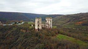 Vista aérea de las torres arruinadas del castillo de Chervonohorod ucrania almacen de metraje de vídeo