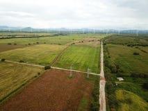 Vista aérea de las turbinas de un viento en la plantación de los campos del arroz en el CEN fotos de archivo