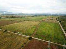 Vista aérea de las turbinas de un viento en la plantación de los campos del arroz en el CEN imagen de archivo libre de regalías