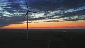 Vista aérea de las turbinas de viento en la oscuridad, Polonia almacen de video
