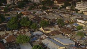 Vista aérea de las viviendas de los tugurios, Conakry, Guinea metrajes