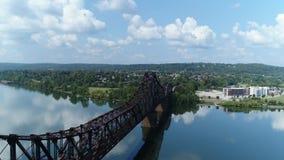 Vista aérea de levantamiento del río Ohio y de la ciudad del castor, Pennsylvania almacen de video