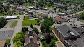 Vista aérea de levantamiento lenta del distrito financiero de la pequeña ciudad almacen de metraje de vídeo