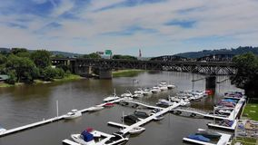 Vista aérea de levantamiento lenta del puerto deportivo y del faro de la pequeña ciudad metrajes