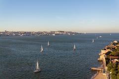 Vista a?rea de Lisboa e da ba?a sul com os veleiros no rio Tagus fotografia de stock