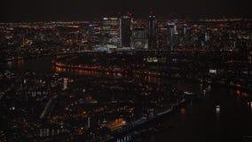 Vista aérea de Londres na noite, parte do nordeste, ilha dos cães no rio Tamisa, com o distrito financeiro de Canary Wharf filme