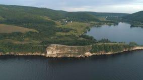 Vista aérea de los acantilados cerca del río almacen de video