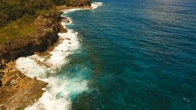 Vista aérea de los acantilados y de la onda Filipinas, Siargao almacen de video