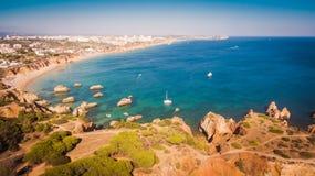 Vista aérea de los acantilados y del Praia en Portimao, región de Algarve, Portugal de la playa Fotos de archivo