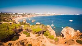 Vista aérea de los acantilados y del Praia en Portimao, región de Algarve, Portugal de la playa Foto de archivo libre de regalías