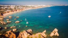 Vista aérea de los acantilados y del Praia en Portimao, región de Algarve, Portugal de la playa Imágenes de archivo libres de regalías