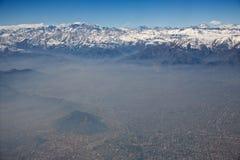Vista aérea de los Andes y de Santiago con niebla con humo Foto de archivo libre de regalías