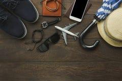 Vista aérea de los artículos a viajar con concepto del fondo de la tecnología Imágenes de archivo libres de regalías