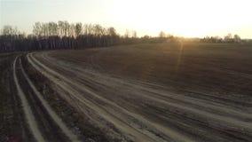 Vista aérea de los caminos del campo en la puesta del sol cerca del pueblo almacen de metraje de vídeo
