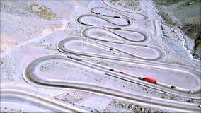 Vista aérea de los caminos y de la naturaleza de la montaña en Santiago, Chile Foto de archivo