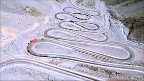 Vista aérea de los caminos y de la naturaleza de la montaña en Santiago, Chile Fotografía de archivo libre de regalías