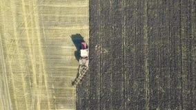 Vista aérea de los campos de la cosecha con el tractor metrajes