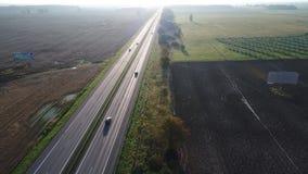 Vista aérea de los coches que van en la carretera almacen de video
