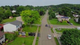 Vista aérea de los coches que viajan en la vecindad residencial de Pennsylvania metrajes