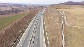 Vista aérea de los coches y de los camiones que pasan en una carretera, abejón tirado almacen de video