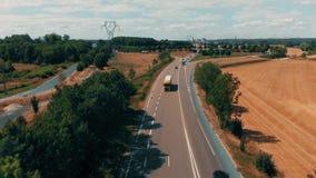 Vista aérea de los coches y del camión que van a la fábrica y al almacén agrícolas industriales en el campo almacen de metraje de vídeo