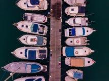 Vista aérea de los doc. con muchos yates atracados uno al lado del otro imagenes de archivo