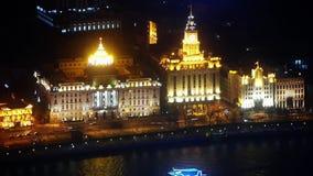 Vista aérea de los edificios de la Federación de Shangai con el río en la noche, tráfico urbano metrajes