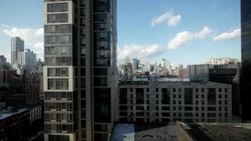 Vista aérea de los edificios de oficinas de los rascacielos modernos almacen de video