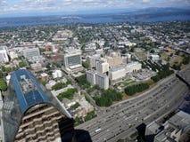 Vista aérea de los edificios, del lago y de la carretera céntricos de Seattle Fotos de archivo libres de regalías