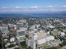 Vista aérea de los edificios, del puente, del lago y de alto céntricos de Seattle Fotografía de archivo libre de regalías