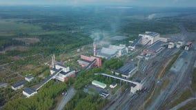 Vista aérea de los edificios industriales de la planta con las chimeneas altas rodeadas por el sistema de producción del bosque metrajes