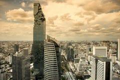 Vista aérea de los edificios de oficinas modernos de Bangkok, condominio en la ciudad de Bangkok céntrica con el cielo de la pues Imagen de archivo